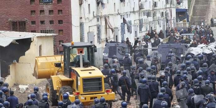 Les forces de l'ordre sont présentes en ordre pour permettre la destruction d'un bidonville.