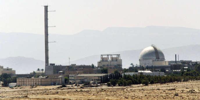 La centrale nucléaire de Dimona dans le désert israélien du Néguev en septembre 2002.