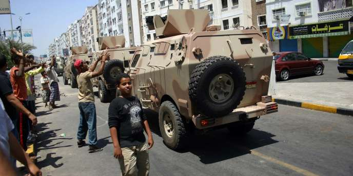 Des manifestants et des soldats qui ont cessé de soutenir le président Ali Abdallah Saleh, à Aden, le 22 mars 2011.