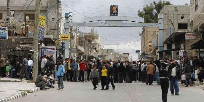 Des protestataires se rassemblent près de la mosquée Omari dans la ville de Deraa, mardi 22 mars.