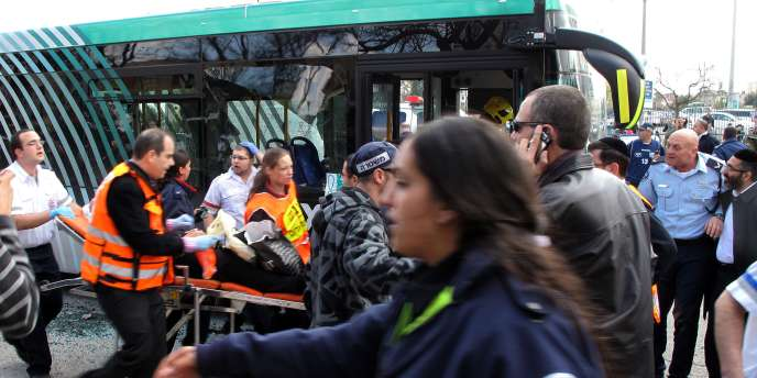 La bombe a été placée dans un sac près d'un bus.