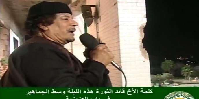 Image de la télévision libyenne montrant Kadhafi s'adressant à ses partisans à Tripoli, le 22 mars.