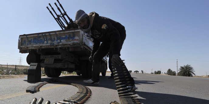 Des rebelles anti-Kadhafi préparent une défense anti-aérienne non loin de la ville d'Ajdabiya, mercredi 23 mars.