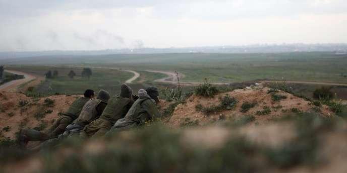 Des soldats israéliens en position près de la frontière avec la bande de Gaza, le 23 mars.
