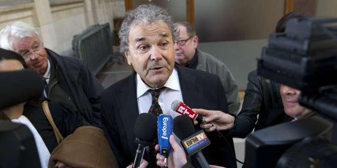 Le chanteur populaire Pierre Perret répond aux questions des journalistes, lors de son arrivée le 22 2011 mars au Palais de Justice de Paris,