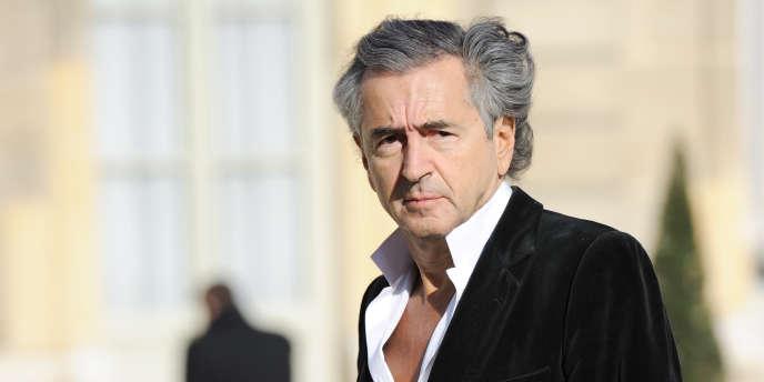 Bernard-Henri Lévy dans la cour de l'Elysée, le 10 mars, avant de participer à une rencontre entre le président de la République et des opposants libyens du Conseil national de transition (CNT).