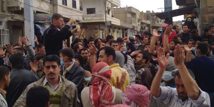 Manifestants près de la mosquée Al-Omari à Deraa, mardi 22 mars.