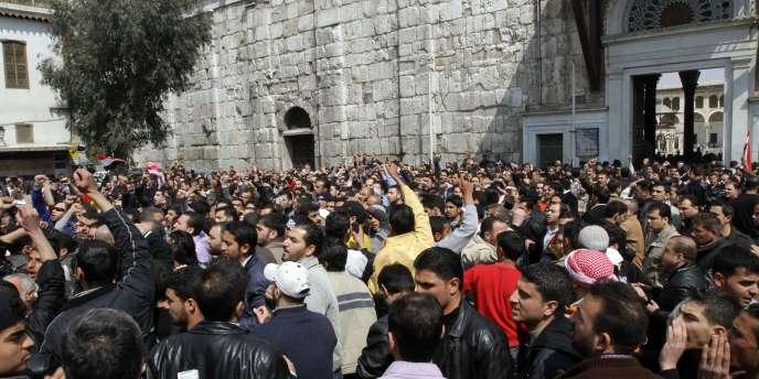 Des centaines de Syriens manifestent près de la mosquée de Damas, vendredi 25 mars.