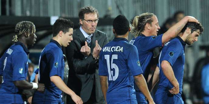 Laurent Blanc parle à ses joueurs, le 25 mars, au Luxembourg.