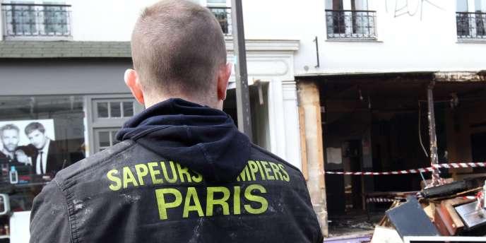 Un sapeur-pompier à Paris, dans le XXe arrondissement.