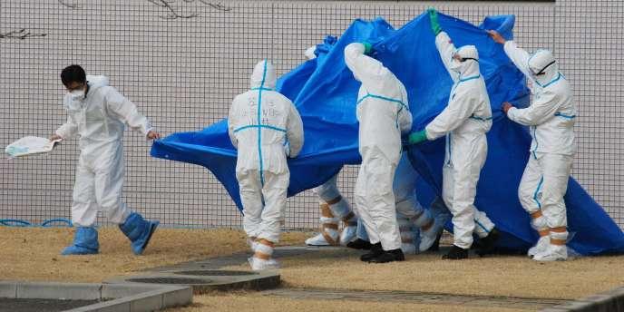 Des soldats japonais à la centrale de Fukushima, vendredi 25 mars.