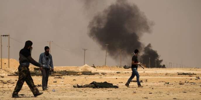Des rebelles libyens aux alentours d'Ajdabiya, samedi 26 mars.