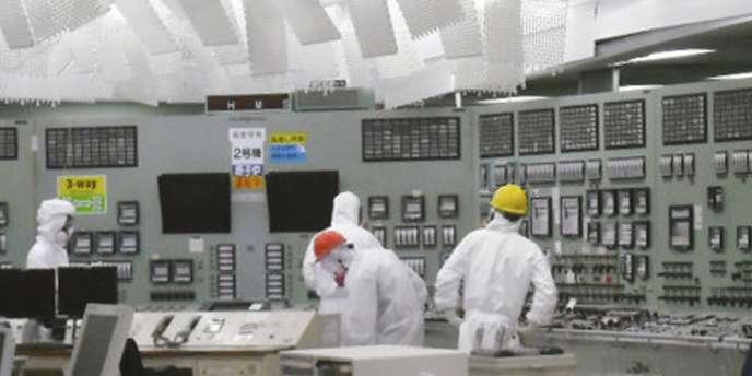 Photo diffusée samedi 26 mars 2011 par Tepco montrant des techniciens dans le réacteur n° 2 de la centrale de Fukushima.