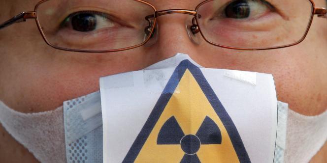 Un manifestant anti-nucléaire à Tokyo, dimanche 27 mars.  Plusieurs centaines de personnes ont manifesté dans la capitale et à Nagoya pour exiger l'abandon des centrales nucléaires.