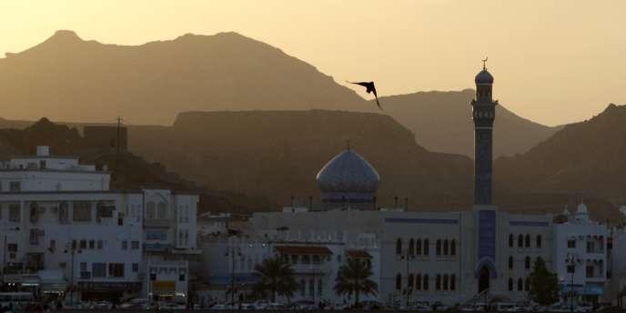 A Mascate, des dizaines de jeunes Omanais se réunissent chaque jour à la sortie des bureaux.