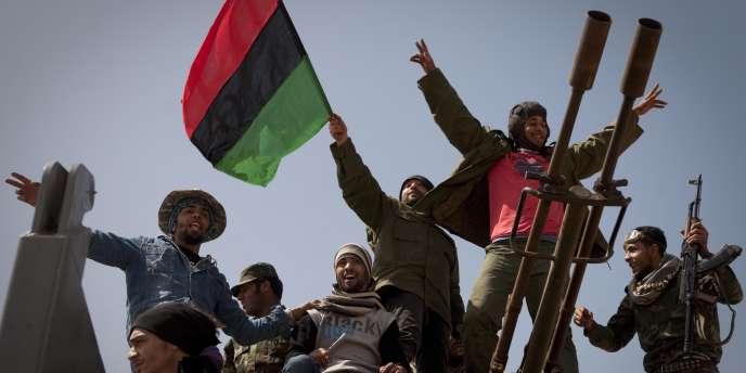 Des rebelles libyens sur la ligne de front à Ben Jawad, lundi 28 mars.