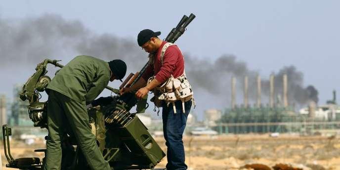 La décision de parachuter des armes aux rebelles a été prise après une réunion  entre Sarkozy et le chef d'état-major des rebelles libyens, le général Abdelfatah Younès.