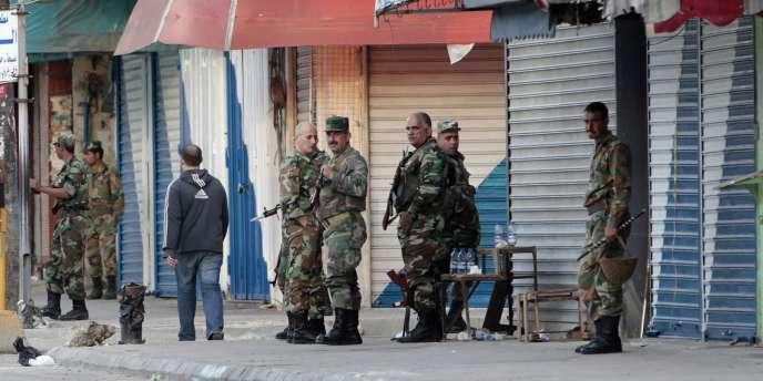 Des militaires syriens déployés dans Lattaquié, le 27 mars 2011.