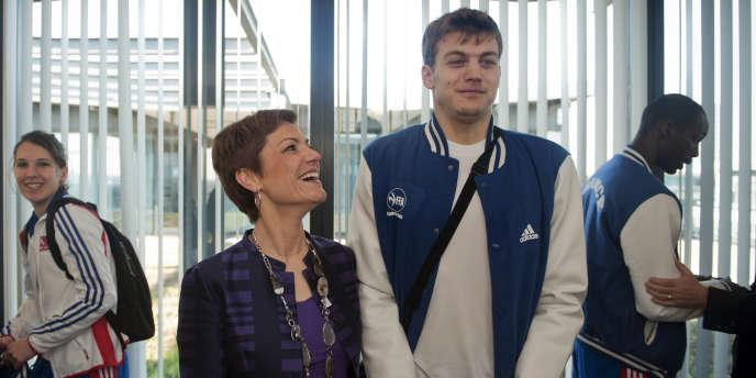 Chantal Jouanno pose au côté de Christophe Lemaitre, le 7 mars, au ministrère des sports.