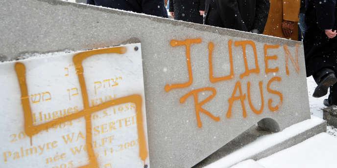 Trente tombes juives avaient été profanées le 27 janvier (jour de la commémoration de la libération des camps nazis) à Strasbourg-Cronenbourg.