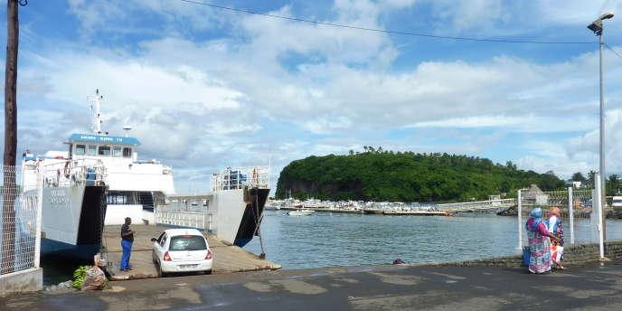 La barge permettant la traversée entre les îles de Grande-Terre et de Petite-Terre à Mayotte, le 17 mars 2011.