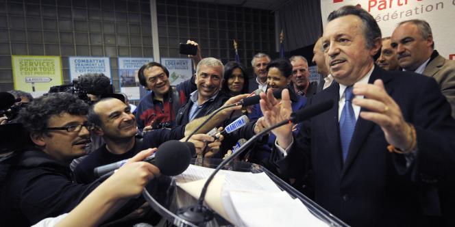 Le président sortant du conseil général des Bouches-du-Rhône Jean-Noël Guérini s'exprime à la tribune le 27 mars 2011 à Marseille.