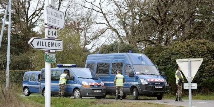 Des gendarmes en faction, le 30 mars 2011 à Villematier, à proximité de l'endroit où le corps de Patricia Bouchon a été découvert.