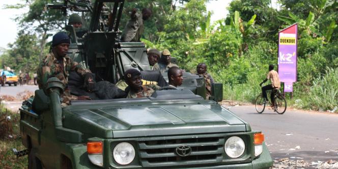 Dans les villes fraîchement prises, les membres des forces pro-Ouattara défilent sur des 4×4 équipés de mitrailleuses, comme ici, à Duékoué.