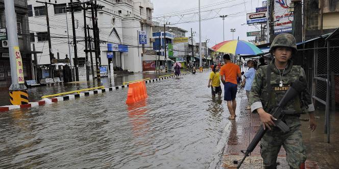 Quinze Thaïlandais ont été tués, noyés ou emportés par des coulées de boue suite aux pluies diluviennes.