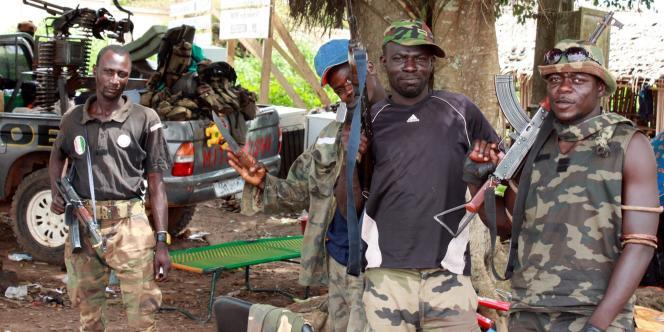 Des membres des forces pro-Ouattara, le 28 mars, à Blolequin, dans l'ouest de la Côte d'Ivoire.