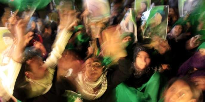 Des partisans de Mouammar Kadhafi manifestent contre les frappes aériennes de la coalition, le 29 mars 2011 à Tripoli.
