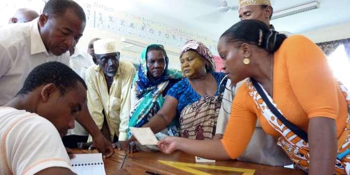 Dans un bureau de vote à Koungou (Mayotte), dimanche 20 mars, lors du premier tour des élections cantonales.