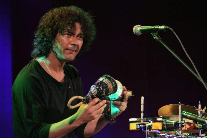 Le Marocain Aziz Sahmaoui ouvre le festival Banlieues Bleues, au Blanc-Mesnil, le 2 avril 2011.