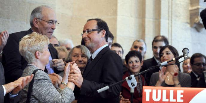 François Hollande, qui vient d'être réélu président du conseil général de Corrèze, est félicité par des sympathisants après avoir annoncé sa candidature aux primaires socialistes, le 31 mars 2011 à Tulle .