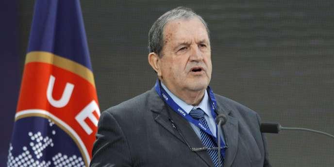 Le président de la FFF, Fernand Duchaussoy avait laissé entendre qu'il démissionnerait en cas de vote défavorable.