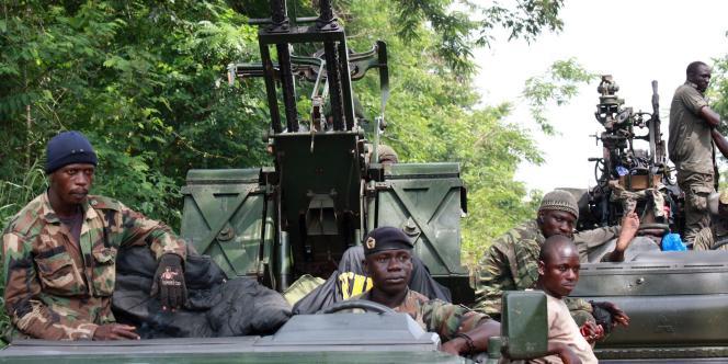 Des membres des forces armées d'Alassane Ouattara, à Duekoue, dans l'Ouest ivoirien, le 29 mars.