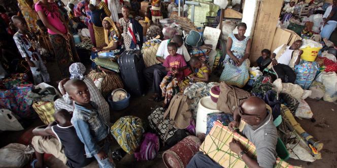 Des milliers de personnes fuient Abidjan pour tenter d'échapper aux combats.