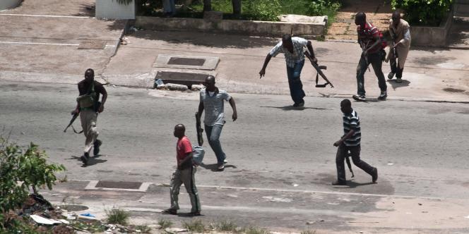Seuls la garde républicaine et des miliciens des Jeunes patriotes sont restés fidèles à Laurent Gbagbo, retranché dans sa résidence.