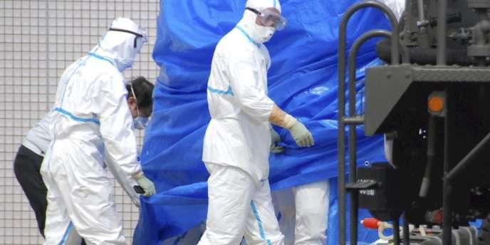 Un ouvrier ayant travaillé sur la centrale de Fukushima est transporté à l'hôpital, le 25 mars 2011.