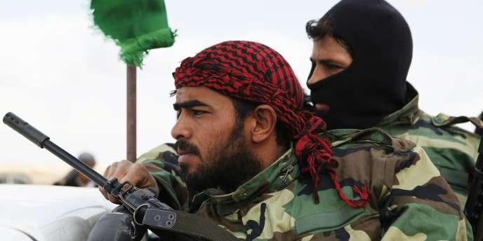 Des rebelles se rendent sur le front près d'Ajdabiya, en Libye.
