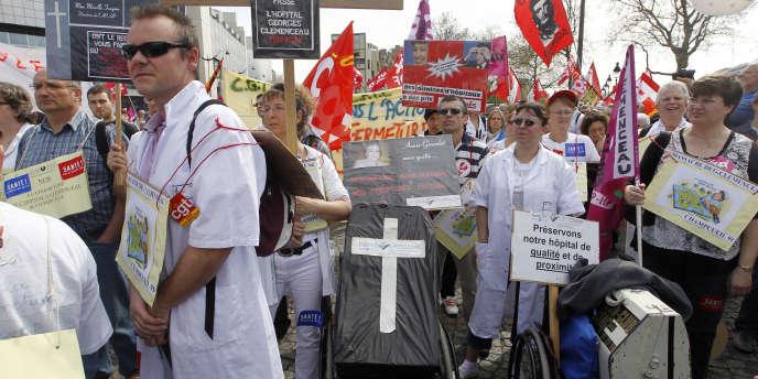Rassemblement des personnels de santé samedi 2 avril, place de la Bastille à Paris.