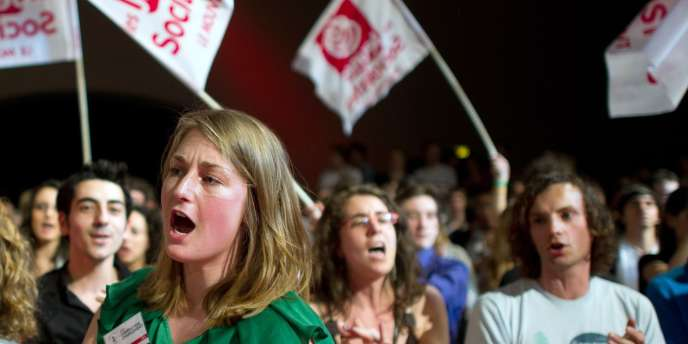 Des jeunes socialistes applaudissent Martine Aubry, le 2 avril à Paris.