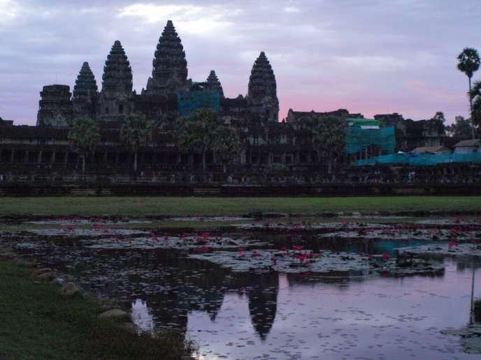 Angkor, ancienne capitale de l'empire khmer (IXe-XVe siècle), est à environ 300 kms de Phnom Penh. Le site comprend des dizaines de temples classés au patrimoine mondial de l'Unesco, dont le plus célèbre, le temple d'Angkor Wat.