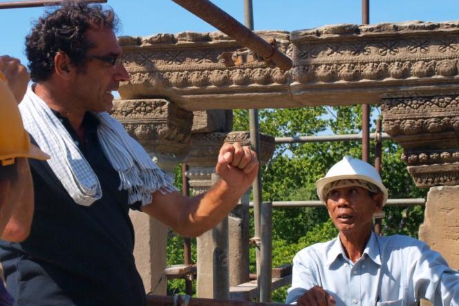 Pascal Royère supervise le travail des quelque 300 ouvriers cambodgiens présents sur le site.