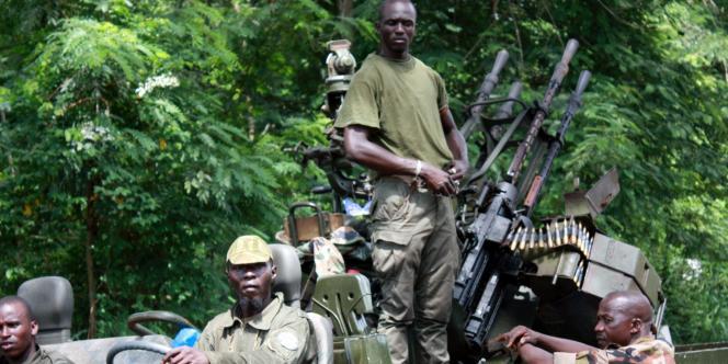 Des membres de forces ouattaristes à Duékoué, le 29 mars 2001.