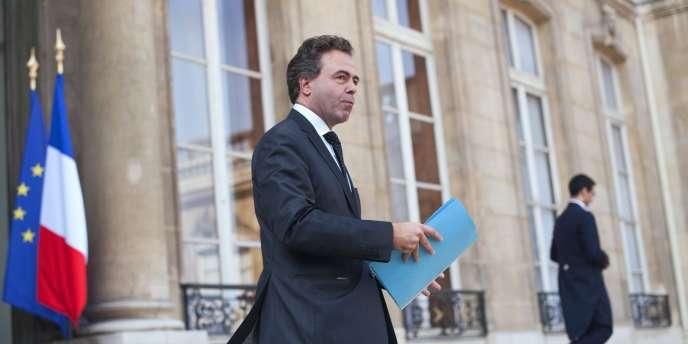 Le ministre de l'éducation nationale, Luc Chatel, devant l'Elysée, le 23 mars.