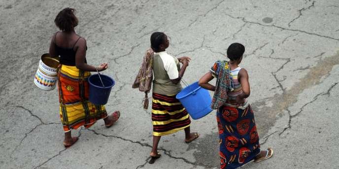 Dans la capitale économique ivoirienne, des femmes cherchent de l'eau après la coupure du réseau d'eau potable.