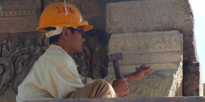 Un tailleur de pierre cambodgien reproduit le vieillissement de la pierre.