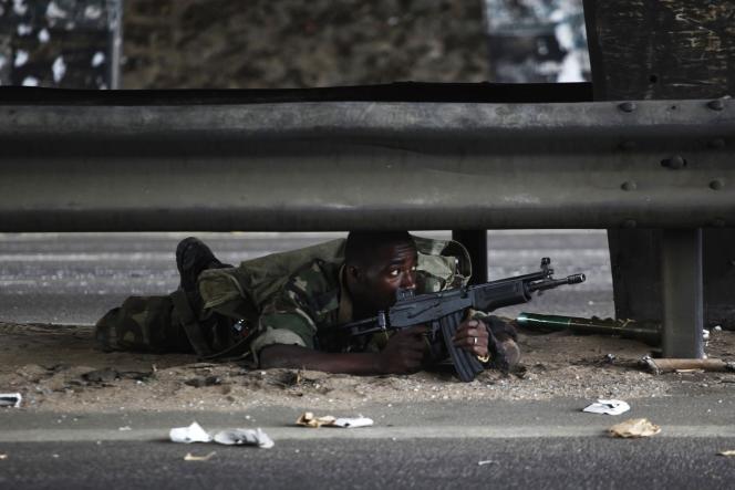 Un soldat fidèle à Alassane Ouattara à Abidjan, le 4 avril.