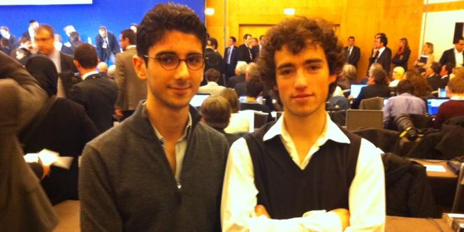 Deux militants des Jeunes Populaires venus d'un groupe de Seine-et-Marne et de Paris.